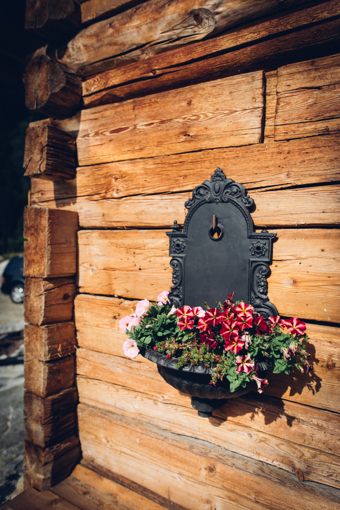 Brunnen mit Blumen_Chalet_Moelltaler_Gletscher